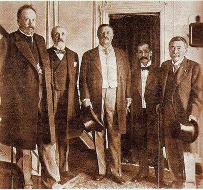 Русские (слева С. Ю. Витте) и японские уполномоченные на послевоенной конференции 1905 года в Портсмуте (в центре президент Америки Т. Рузвельт